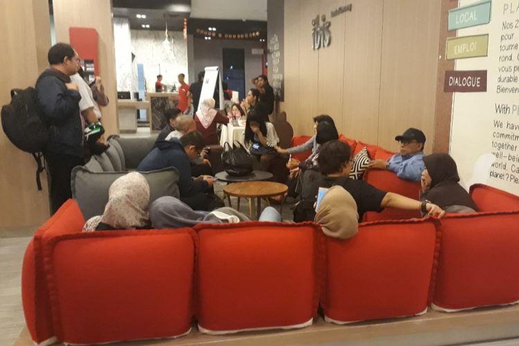 Tampak sejumlah keluarga korban kecelakaan Lion Air JT 610 memenuhi lobby hotel Ibis, Cawang, Jakarta Timur, Kamis (1/11/2018).