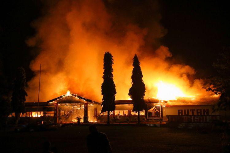 Kebakaran di Rumah Tahanan Donggala, Sulawesi Tengah, Minggu (30/9/2018) pasca kerusuhan tahanan. Kerusuhan dipicu permintaan narapidana dan tahanan dibebaskan untuk menemui keluarga yang terkena musibah gempa tidak dipenuhi. Sekitar 100 tahanan dikabarkan melarikan diri.