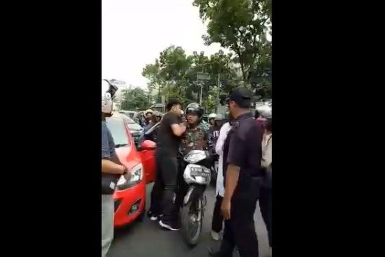 Video baku pukul, berkelai, berantem antara anggota TNI dengan pengendara mobil