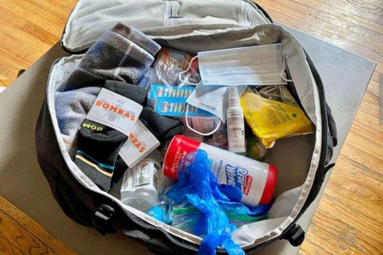 Lembaga non-profit yang didirikan Jeffrey Newman bersama para sukarelawan membagikan tas ransel berisi perlengkapan yang dibutuhkan di masa pandemi Covid-19. Tas ransel dibagikan ke sejumlah tunawisma,  utamanya di New York.