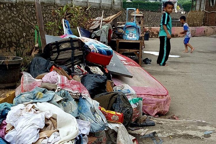 Sampah sisa banjir menumpuk di pelataran rumah warga yang bermukim di Jalan Kayu Gede 1, Paku Jaya, Serpong Utara, Tangerang Selatan.