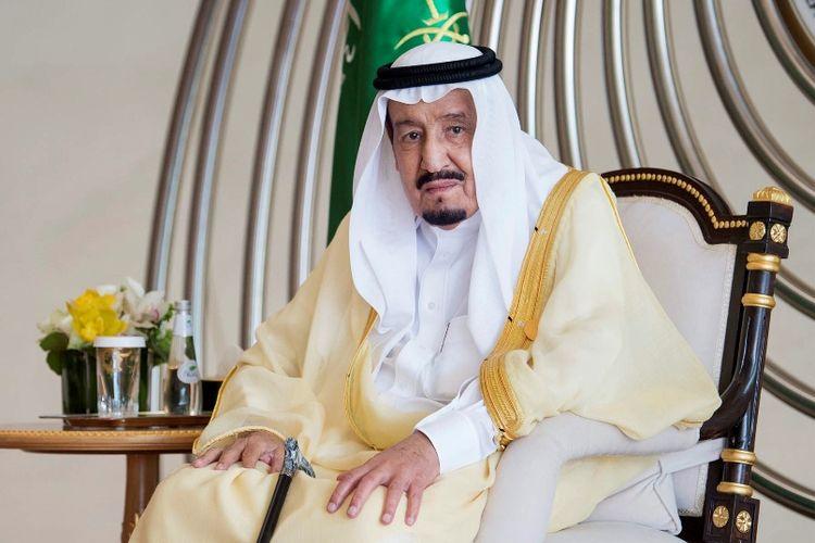 Raja Arab Saudi, Salman bin Abdulaziz saat menghadiri pertemuan tingkat tinggi Konferensi Liga Arab di kota Dhahran, Minggu (15/4/2018).