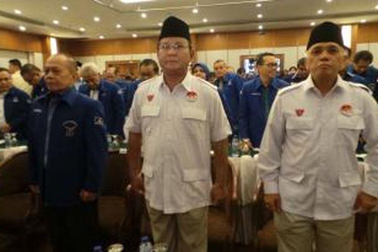Calon presiden dan wakil presiden Prabowo Subianto (tengah) dan Hatta Rajasa (kanan) bertemu dengan kader dan  pengurus Partai Demokrat di Hotel Sahid Jaya, Minggu (1/6/2014).