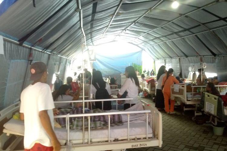 Puluhan pasien di RSUD dr Haulussy Ambon dirawat di tenda yang didirikan di halaman rumah sakit tersebut, Jumat (11/10/2019)