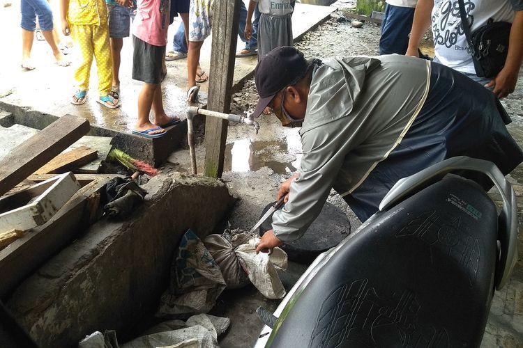 Seorang warga membuka karung di depan rumah di Jalan Tangguk Bongkar 7, Kelurahan Tegal Sari Mandala, Kecamatan Medan Denai pada Kamis (28/1/2021) siang. Di dalam karung tersebut ditemukan lebih dari 3 kepala kucing. Sebelumnya, sebuah akun Instagram viral karena mengunggah temuan kepala kucingnya di dalam karung.