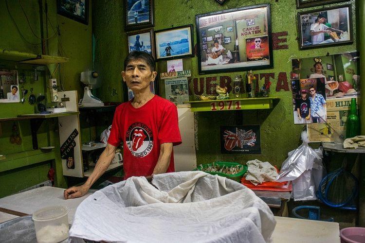 Dari awal toko berdiri di tahun 1971, Ko Atek tidak pernah berpindah lokasi dan tetap berada di Gang Kelinci. Oleh karena itu, kini toko cakue dan kue bantal tersebut sangat populer di kalangan warga lokal dan wisatawan, Pasar Baru, Jakarta, Sabtu (11/1/2020).