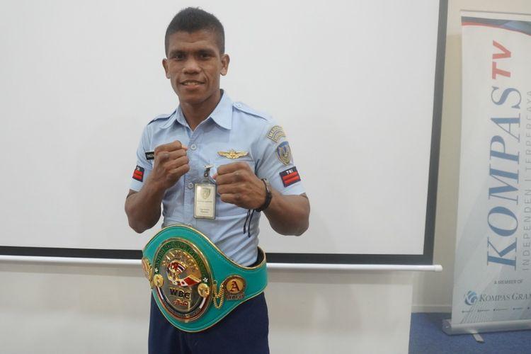 Petinju Indonesia, Ongen Saknosiwi, berpose dengan sabuk WBC Asian Boxing Council Continental saat menyambangi Kompas TV pada Kamis (12/9/2019).