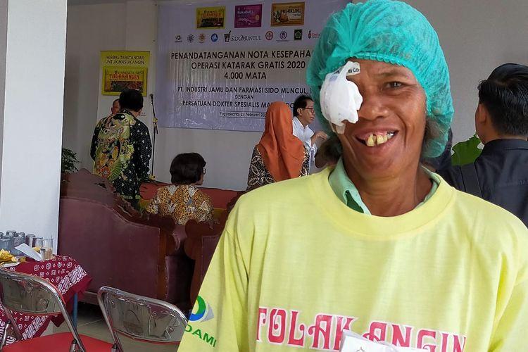 Murtinah, perempuan berusia 58 tahun itu baru saja selesai menjalani operasi katarak. Kini matanya kembali dapat melihat setelah mengikuti bakti sosial operasi katarak yang diselenggarakan Sido Muncul.