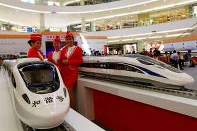 Model berfoto dengan miniatur kereta cepat milik China pada pameran Kereta Cepat dari Tiongkok (China) di Senayan City (Sency), Jakarta Pusat, Kamis (13/8/2015).