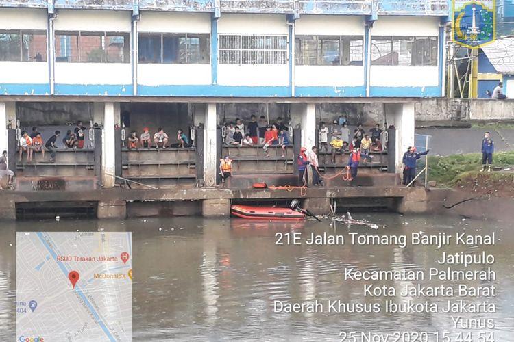 Pantauan kali banjir kanal barat ketika melakukan pencarian atas bocah yang hanyut pada Rabu (25/11/2020).