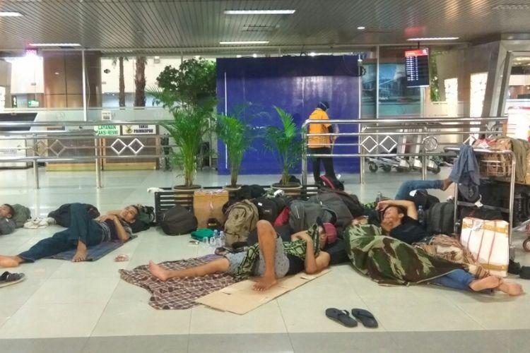 Sejumlah penumpang terpaksa menginap di bandara internasional Supadio Pontianak dampak dari lumpuhnya aktivitas penerbangan karena
