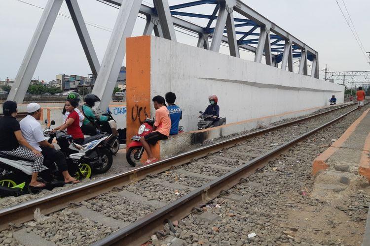 Kondisi jembatan untuk para pengendara sepeda motor di dekat perlintasan KA di Kalianyar, Jakarta Barat