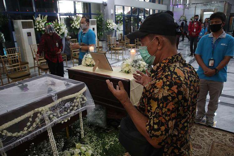 Pelayat berdoa di samping peti jenazah Pendiri Kompas Gramedia sekaligus Pemimpin Umum Harian Kompas Jakob Oetama   di  Gedung Kompas Gramedia, Palmerah Selatan, Jakarta, Rabu (9/9/2020). Jakob Oetama tutup usia pada Kamis (10/9) pada usia ke 88  tahun di Rumah Sakit Mitra Keluarga Kelapa Gading, Jakarta. Selanjutnya, jenazah dikebumikan di  Taman Makam Pahlawan Kalibata, Jakarta, pada  Kamis (10/9).