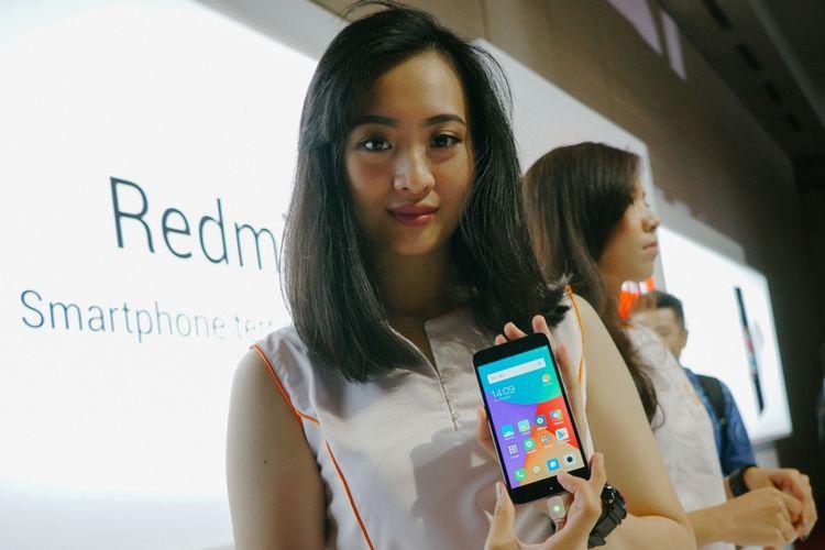Model menunjukkan Xiaomi Redmi 5A dalam acara peluncuran di Jakarta.