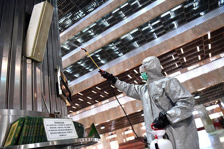 Petugas menyemprotkan cairan disinfektan di Masjid Istiqlal, Jakarta Pusat, Jumat (13/3/2020). Penyemprotan oleh petugas gabungan tersebut untuk mencegah penyebaran Covid-19 di lingkungan Masjid Istiqlal.