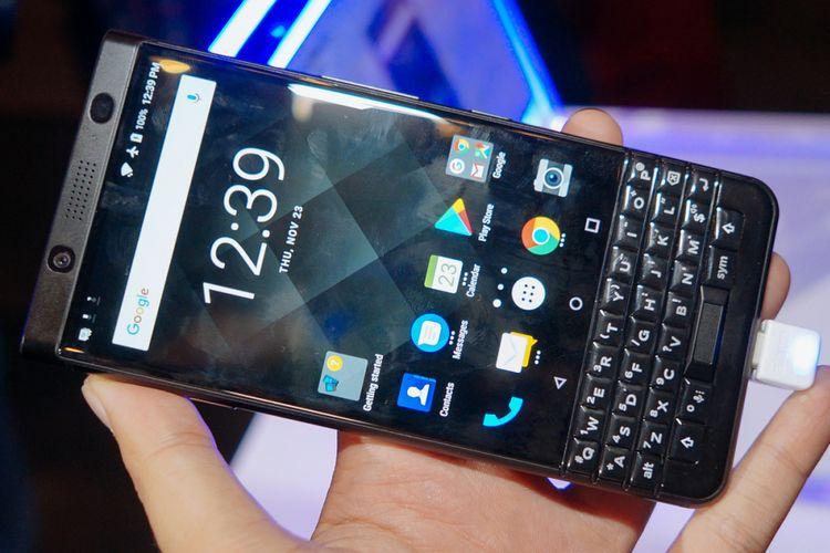 Tampak depan BlackBerry KeyOne Black Limited Edition.