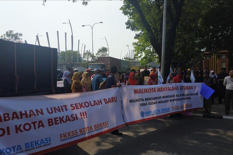 Aksi unjuk rasa Badan Musyawarah Perguruan Swasta (BMPS) di depan kantor Walikota Bekasi, Selasa (16/7/2019).