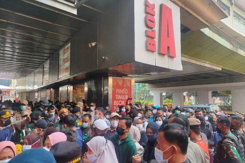 Pengunjung Pasar Tanah Abang Membludak, Petugas Batasi Pintu Akses Keluar Masuk