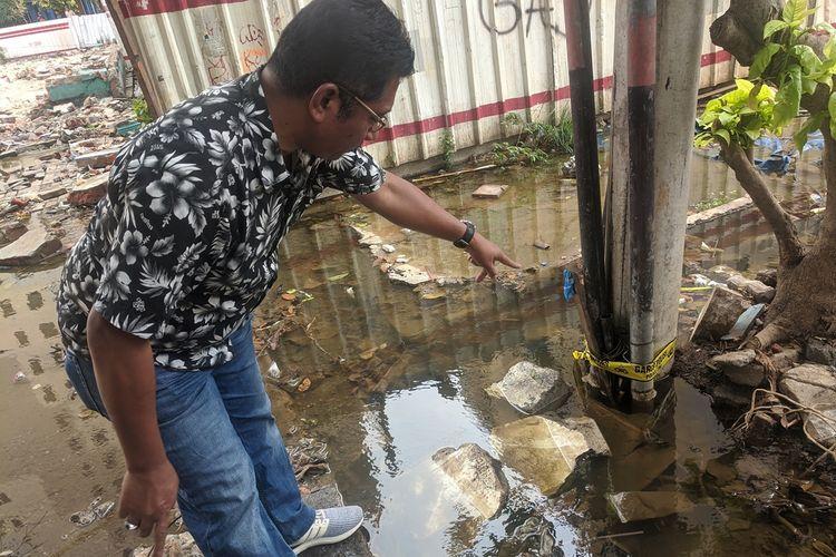 Kanit Reskrim Polsek Penjaringan Kompol Mustakim memberi keterangan di lokasi anak yang tewas tersentrum di kawasan Rusun Penjaringan, Jakarta Utara