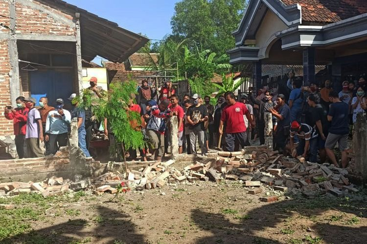 Pembongkaran pagar tembok yang berada di depa rumah Wisnu warag Desa Gandukepuh Ponorogo.