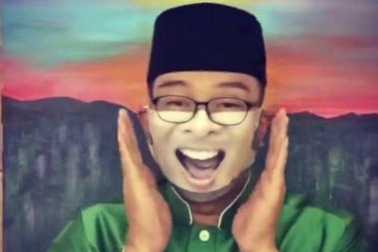 Gubernur Jawa Barat Ridwan Kamil ketika mengenakan masker dengan motif wajah Syahrini.