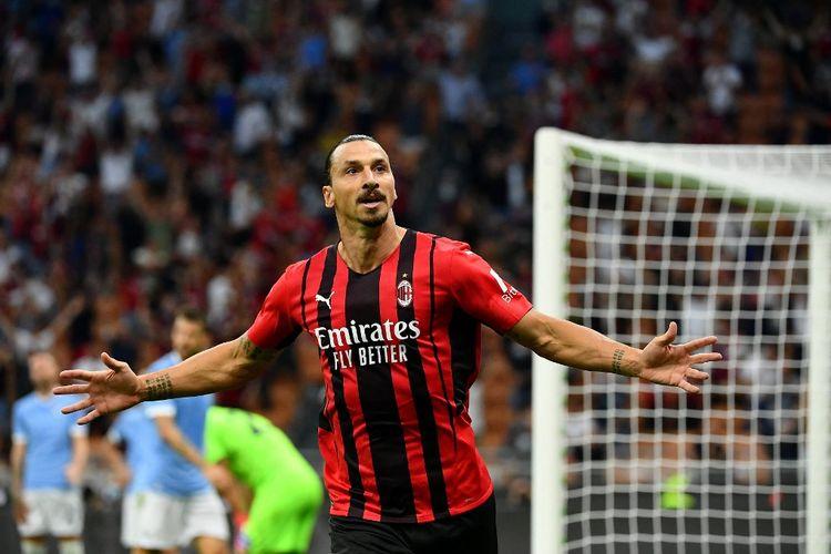 Penyerang AC Milan, Zlatan Ibrahimovic, melakukan selebrasi usai menjebol gawang Lazio dalam laga Liga Italia 2021-2022 di Stadion San Siro, Minggu 12 September 2021.