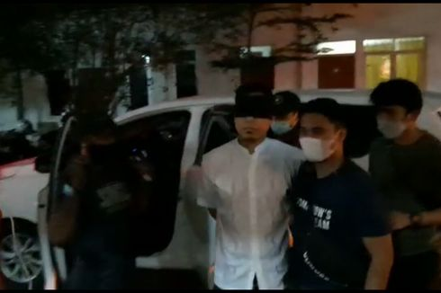 Detik-detik Penangkapan Munarman, Berdebat dengan Polisi hingga Meminta Pakai Sandal