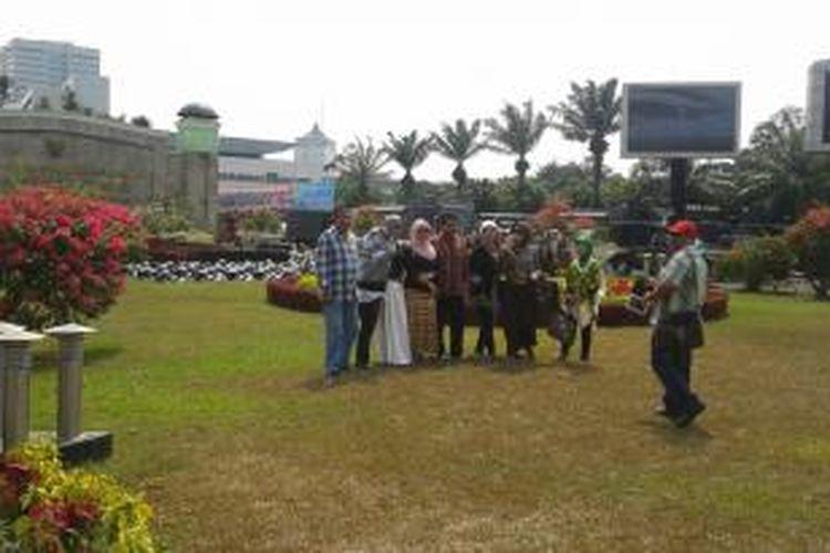 Meskipun tak diizinkan masuk ke dalam Gedung DPR untuk menyaksikan pelantikan anggota dewan dari daerah asalnya, rombongan warga dari Kalimantan Selatan ini diizinkan untuk berfoto di taman halaman depan Gedung DPR, Rabu (1/10/2014).