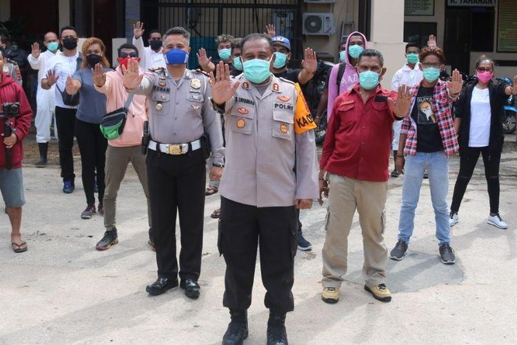 Kapolreta Jayapura Kota AKBP Gustav Urbinas bersama para talent yang terlibat dalam video clip sa pu cinta di-lockdown.