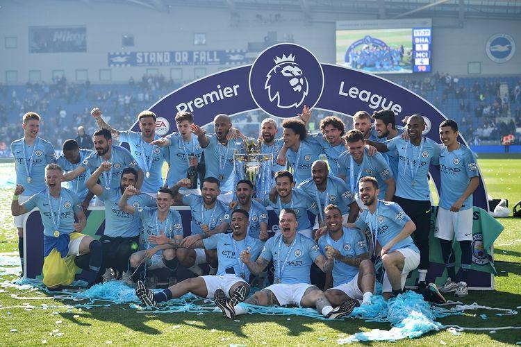 Para pemain Manchester City merayakan dengan trofi Liga Premier setelah kemenangan 4-1 dalam pertandingan sepak bola Liga Primer Inggris antara Brighton dan Hove Albion dan Manchester City di Stadion American Express Community di Brighton, Inggris selatan pada 12 Mei 2019.