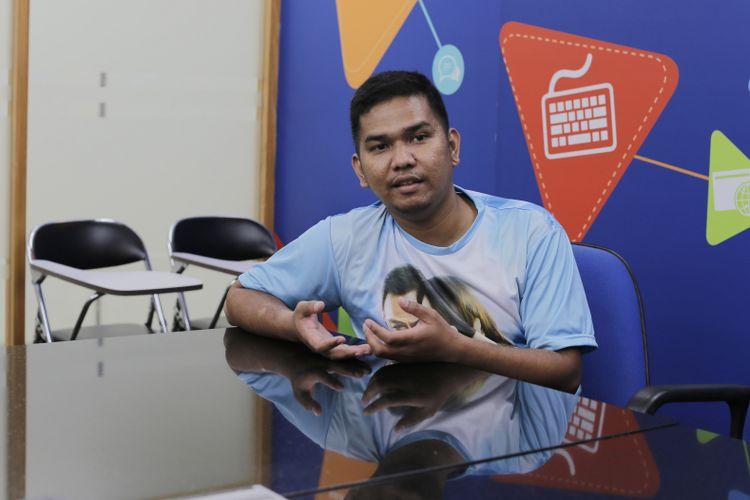 Sutradara Fajar Bustomi saat wawancara dengan Kompas.com tentang film Surat Kecil Untuk Tuhan di Gedung Kompas Gramedia, Palmerah Selatan, Jakarta, Kamis (18/5/2017). Film ini menceritakan tentang perjuangan dua kakak-adik pengemis dalam memperjuangkan hidup.