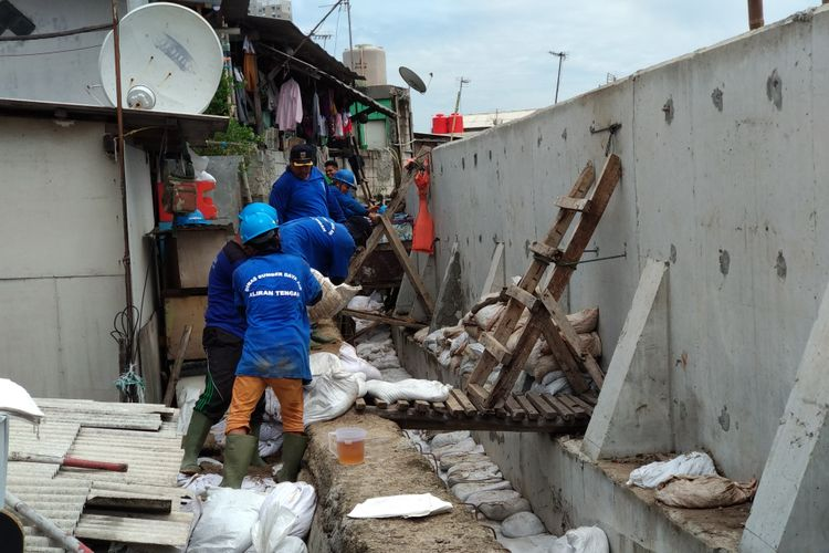 Tanggul di Kampung Luar Batang, Jakarta Utara, yang bocor terus diperbaiki oleh personel Sumber Daya Air, Selasa (14/11/2017).