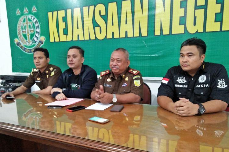 Kepala Kejaksaan Negeri (Kejari) Gresik, Pandoe Pramoekartika (dua dari kanan), saat memberikan keterangan kepada awak media di Kejari Gresik, Senin (21/10/2019).