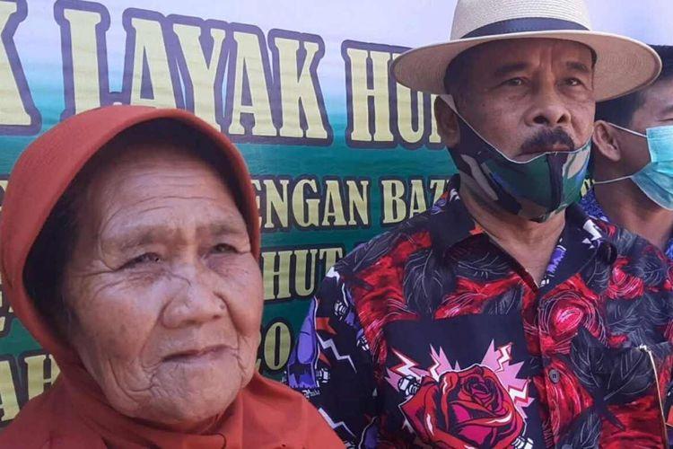 Anggota TNI dan dermawan rehab rumah tidak layak huni milik Mak Dewi di Pamulihan, Sumedang, Jawa Barat, Kamis (1/10/2020). AAM AMINULLAH/KOMPAS.com