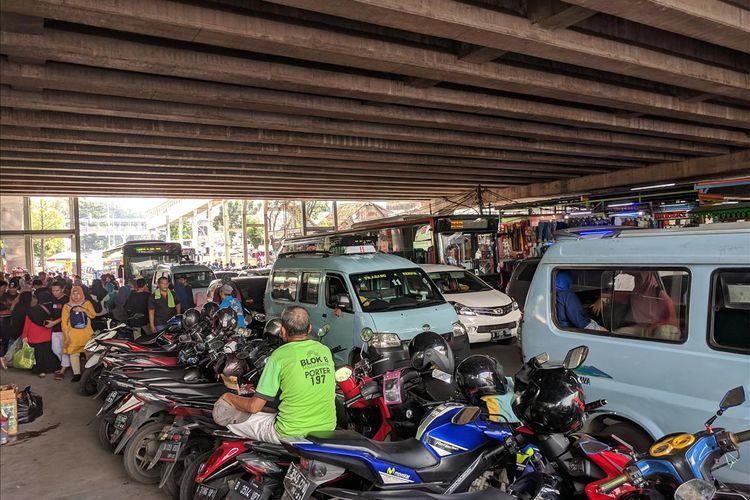 Trotoar di Tanah Abang yang di Jadikan Lahan Parkir Oleh Warga yang Ingin Berbelanja Jelang Lebaran