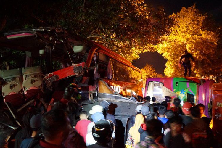 Kecelakaan antara bus Bali Radiance dan bus Titian Mas di Kapuran Ketapang Banyuwangi yang mengakibatkan jalur Pantura yang menghubungkan Situbondo dan Pelabuhan Ketapang Banyuwangi macet total, Kamis (27/12/2018).