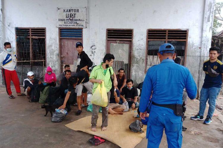 Sebanyak 17 tenaga kerja Indonesia (TKI) ilegal dari Pulau Sikincan, Malaysia Diamankan Satuan Polisi Airud Polres Tanjung Balai pada Senin (13/4/2020) pagi tadi. Mereka kini ditangani oleh Gugus Tugas Pencegahan COVID-19 Tanjung Balai.