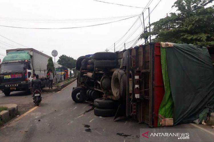 Truk bermuatan kertas terguling di jalur pantura Tegal Sari Kabupaten Batang diduga akibat rem blong, Selasa (8/1/2020).