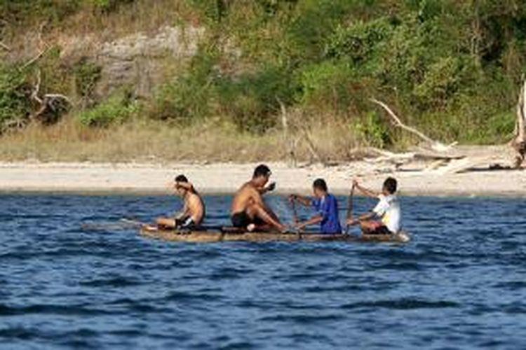Sejumlah bocah menarik jaring di Pantai Solor Barat, Kabupaten Flores Timur, NusaTenggara Timur, Sabtu (18/5/2013). Profesi nelayan menjadi mata pencarian bagi sebagian besar warga yang tinggal di pulau tersebut.