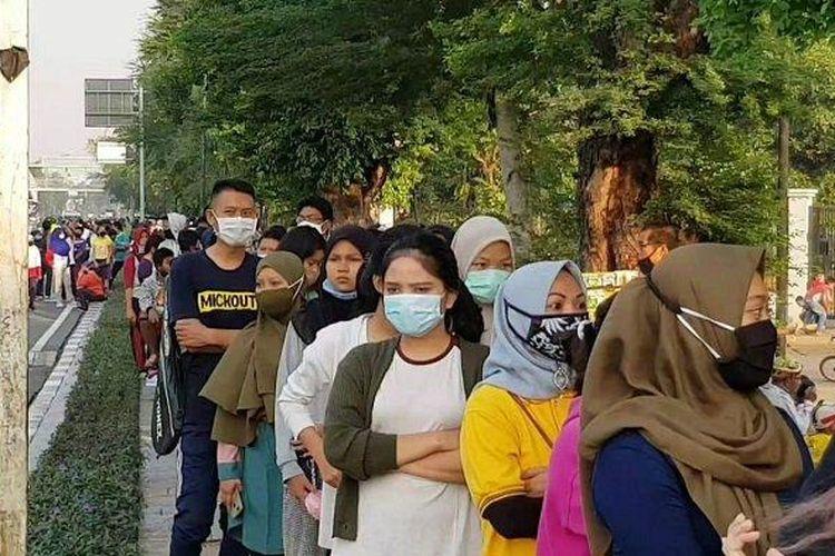 Suasana di depan area Jakarta International Velodrome, Pulogadung, Jakarta Timur, Minggu (26/7/2020).