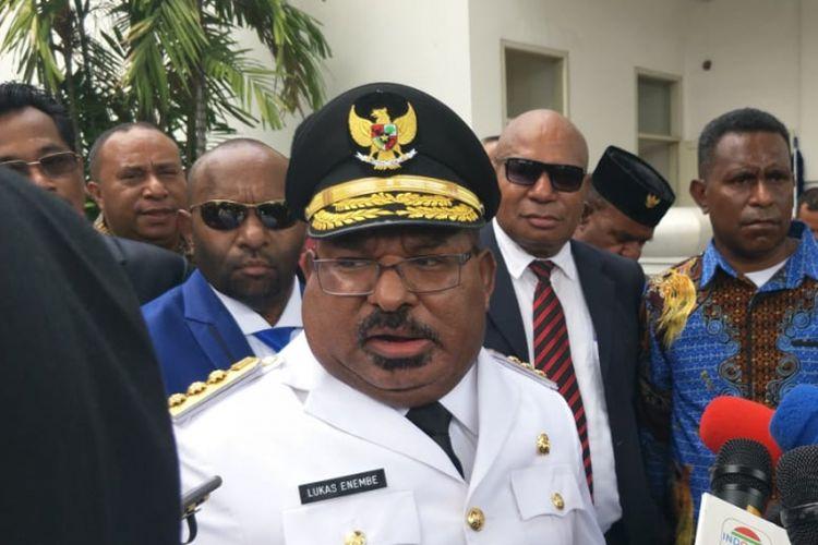 Gubernur Papua Lukas Enembe usai dilantik Presiden Joko Widodo di Istana Negara, Jakarta, Rabu (5/9/2018).