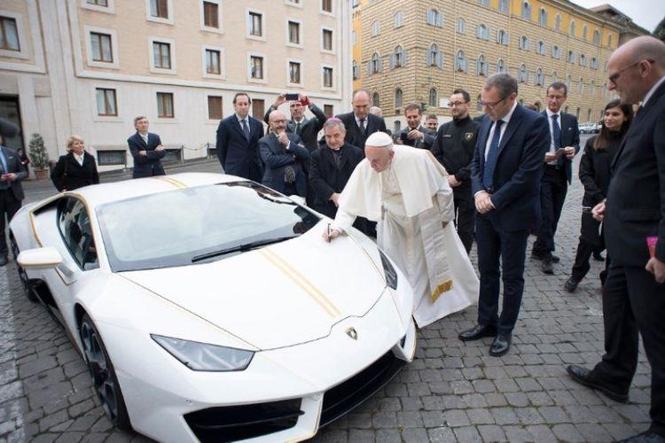 Paus Fransiskus memberkati mobil Lamborghini Huracan yang dihadiahkan kepada dia.