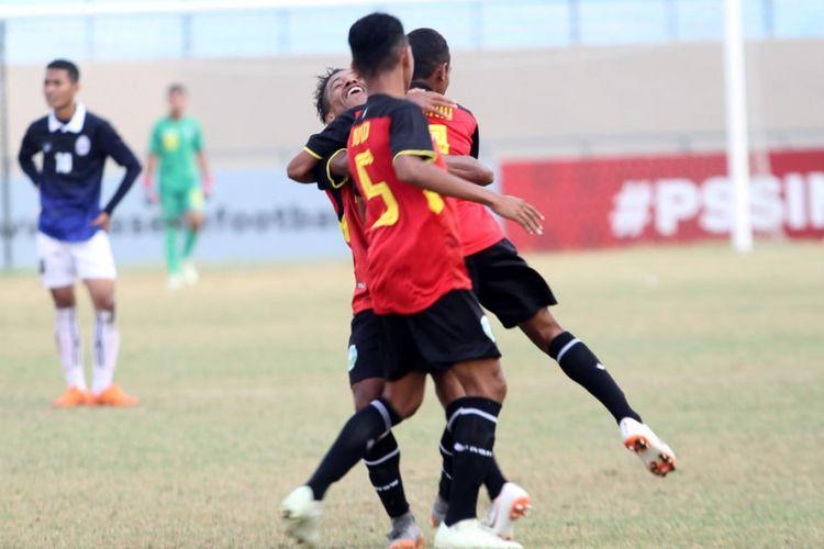 Selebrasi para pemain Timor Leste U-16 usai mencetak gol ke gawang Kamboja.