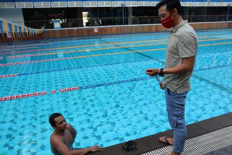 Perenang I Gede Siman Sudartawa (kiri) bersama sang pelatih Albert Susanto.