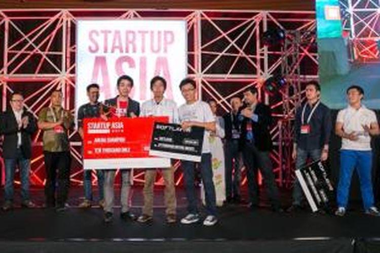 Penyerahan hadiah bagi pemenang Startup Arena di ajang Startup Asia jakarta 2014.