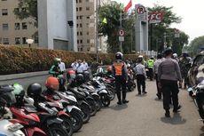 Parkir Liar Tak Kunjung Hilang di Pinggir Jalan Apartemen Kalibata City