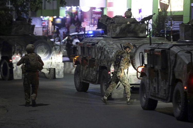 Pasukan keamanan Afghanistan tiba di lokasi ledakan di Kabul pada Selasa, 3 Agustus 2021. Kelompok bersenjata dilaporkan meledakkan bom mobil dan menyerang rumah Menteri Pertahanan Bismillah Khan Mohammadi.