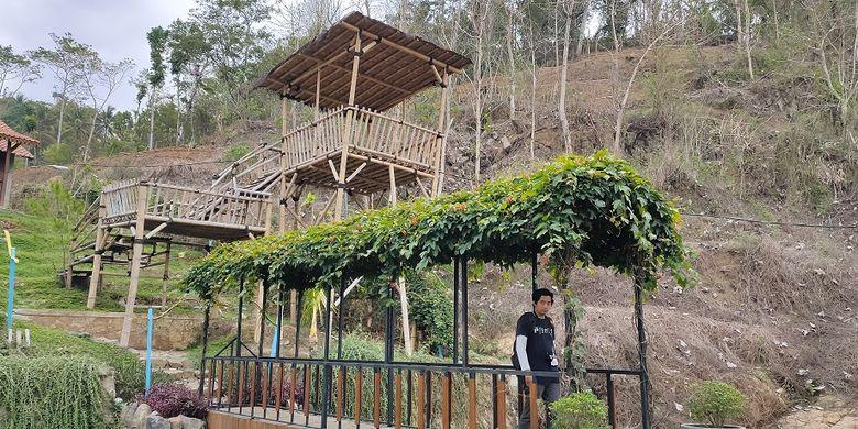 Nuansa pedesaan yang ada di Balkondes Giritengah dengan jembatan menuju penginapan.
