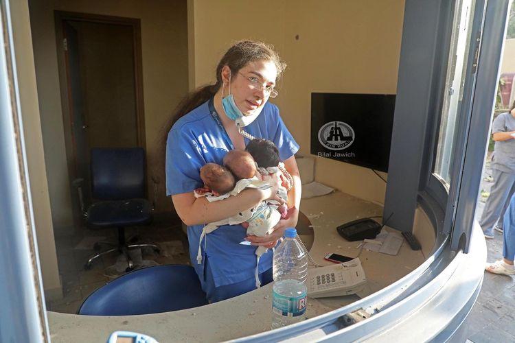 Seorang perawat yang tidak diidentifikasi namanya, menyelamatkan 3 bayi yang baru lahir saat insiden ledakan dahsyat di Beirut, ibu kota Lebanon, Rabu (5/8/2020).
