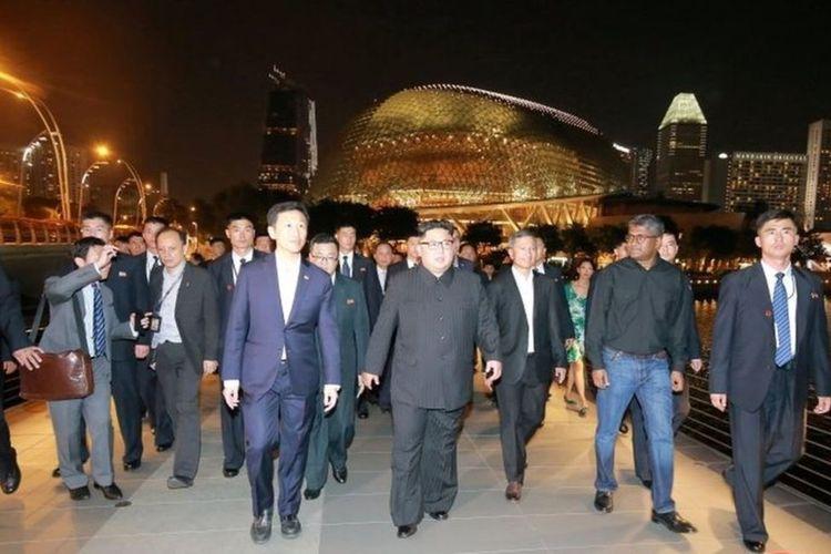 Ditemani oleh personel keamanannya, Kim memutuskan untuk melakukan walkabout di negara kota itu Senin malam